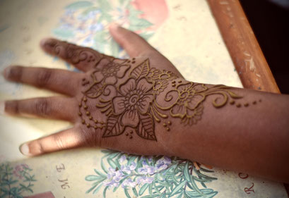 flowery mehndi design by travelling henna artist in st ives cornwall
