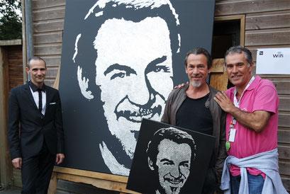 Florent Pagny et son portrait paillettes pose avec le président du festival de poupet Philippe Maindron et Erik Black