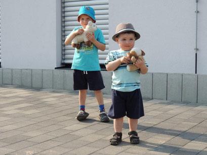 """Die Kinder des Ortes freuten sich über unsere kleinen """"Mitbringsel""""."""