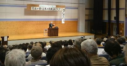 会場いっぱいの参加者に熱弁する畑田さん