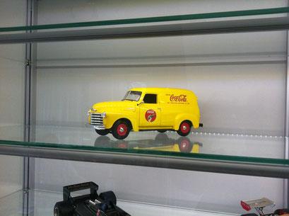 Sammlervitrine mit gelbem Coca Cola Modellauto, sehr gleichmäßige Ausleuchtung durch LED Stripe