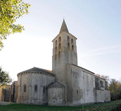Saint Papoul. l'ancienne église abbatiale érigée en cathédrale en 1317.