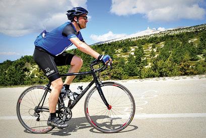 En mode balade comme en mode sportif, la pratique du vélo est autorisée à condition de garder une distance de 10 mètres entre chaque cycliste. crédit photo : Pixabay© Ben_Kerckx