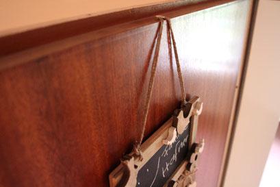 Reißzwecke in eine Holzhaustür, so einfach hängst du deine Deko auf