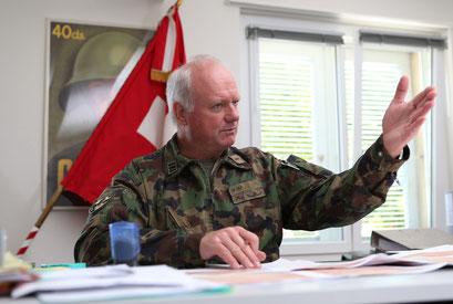 Rekrutierungsoberst Markus Hui bittet den angehenden Rekruten, Platz zu nehmen. 69 Prozent der Stellungspflichtigen wollen in die Armee.