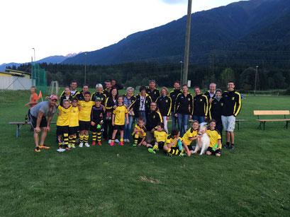 """So sieht eine Einheit aus - gemeinsam mit dem neu """"gegründeten"""" Fanclub feierte das U10-Team den ersten Saisonsieg!!"""