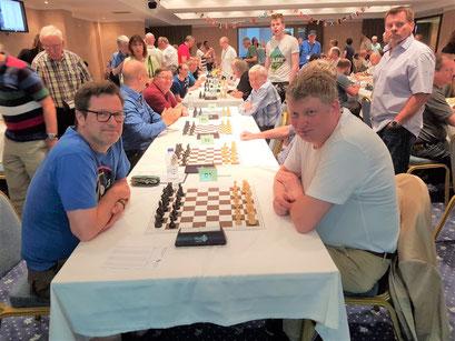 Klaus und Herr S.: Highlight aus dem 1. Blitzturnier: Spitzenpaarung auf Brett 1 - Erkennen Sie den Mann mit den weißen Steinen? Es ist niemand geringerer als Alexei Shirov, ehemaliger Top 10-Spieler.