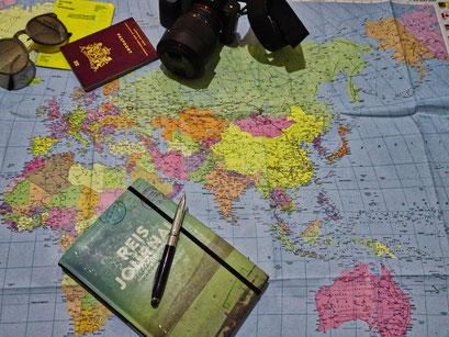 wereldkaart met voorbereiding op wereldreis