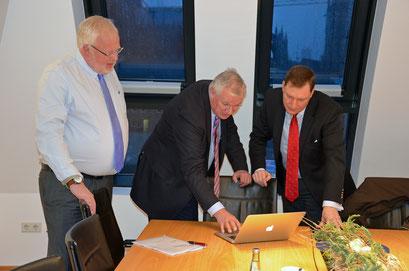 B-CONNECT Gesellschafter Kleikamp, Reinartz und Woeller schauen gemeinsam auf einen Laptop
