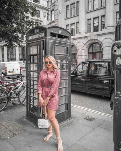 Zu sehen ist die schwarze Telefonzelle in London.