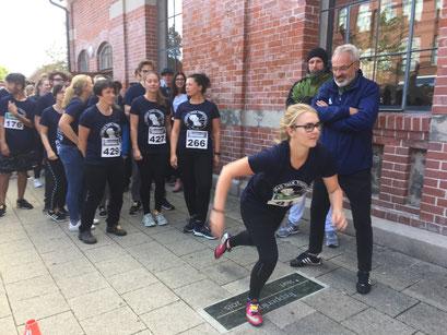2018 schickte Lehrer Bernd Sandrock 300 Teilnehmer auf die Treppenlauf-Strecke. Foto: Alpha-Report