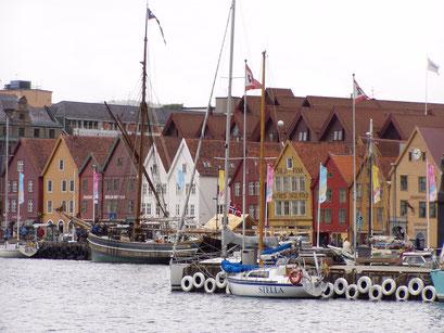 Tyske Bryggen in Bergen - Hafen  mit Holzhäusern und Segelbooten