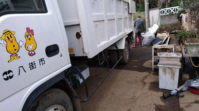 (台風21号)記録的な豪雨で床上浸水をしたお宅の廃棄物の回収がされました。 八街市 台風21号の影響による記録的な豪雨被害状況の写真