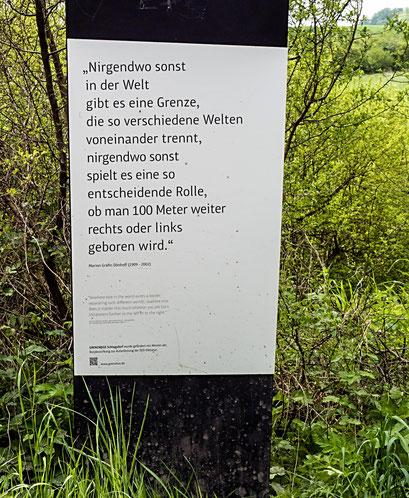 Bild: Tafel mit einem Zitat der Marion Gräfin Dönhoff an der Grenze