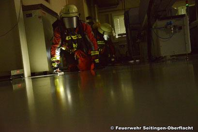 Angriffstrupp S-O 42 sucht das Firmengebäude nach vermissten Personen ab
