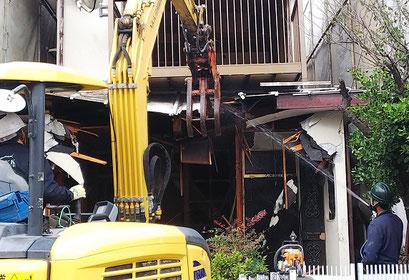 解体中 重機 散水 茅ケ崎・横浜の解体は日系解体工業株式会社