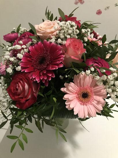 Wir haben den wunderschönen Blumenstrauß bekommen. 素敵な花束をいただきました。