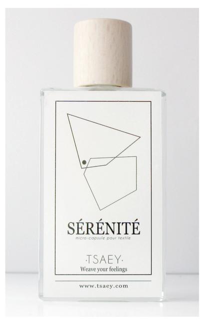 Flacon de 100 ml contenant une solution de 8 huiles essentielles à visée anti-stress, encapsulée dans de la cire végétale. Produit développé par •TSAEY•