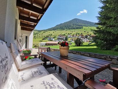 Ihre Terrasse mit direktem Zugang zum Garten - Outdoorlodge Nauders