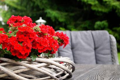 Liebevoll gestalteter Garten und Terrassen - Outdoorlodge Nauders