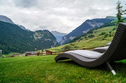 Sehr schöne Gartenanlage mit freiem Blick auf die umliegende Bergwelt.