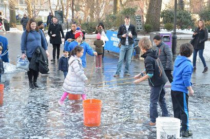 Children making gigantic bubbles at Union Square Park Manhattan. photo: Reinhold Ponesch ©