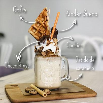 Batido de caramelo shake de gofre, kinder bueno, cookies y choco rings de Dulce Dorotea
