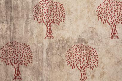 Ajout d'un motif imprimé avec un bloc de bois (sur une teinture rouge préalable)