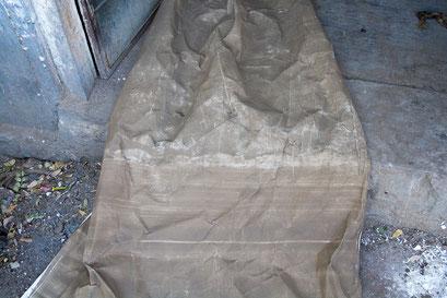Tissu entièrement recouvert de boue avec l'aide d'une brosse.