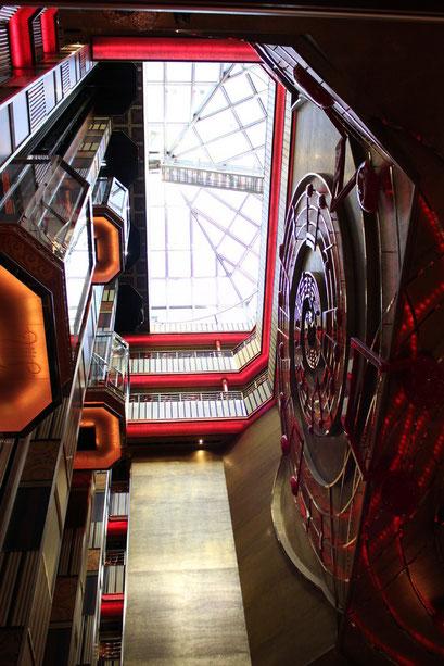 mehrstöckiges Atrium mit Lift