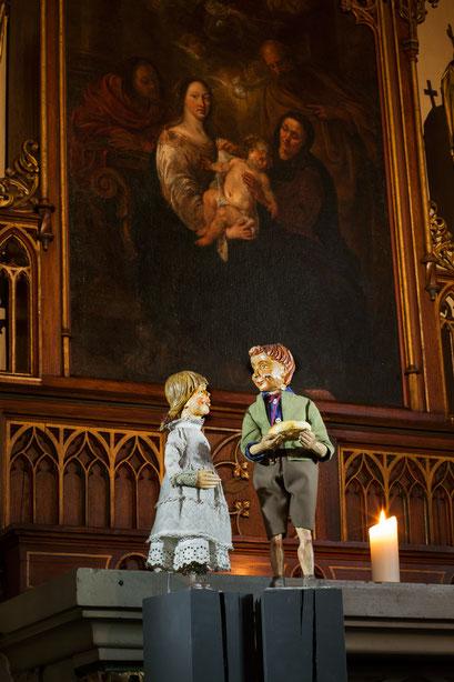Ohne eigene Familie, aber vor dem Bild der heiligen Sippe, die Waisenkinder aus der Holzgasse (Foto: Anna C. Wagner – Milieukrippe Lyskirchen)