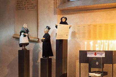 Magret Kohnen, Pfarrer Kirsch und der Junckie bitten um Spenden für das NOTEL(Foto: Anna C. Wagner – Milieukrippe Lyskirchen)