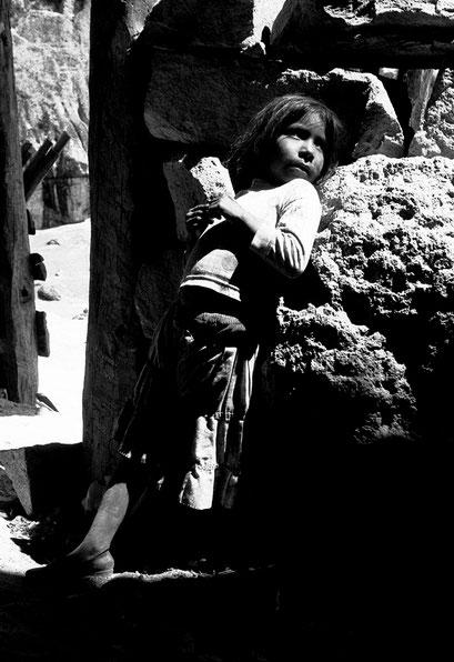 © Angela Mejias. Dans la Sierra Madre occidentale, le peuple Tarahumara vit caché pour préserver son identité. Petite fille Tarahumara vivant dans une grotte. Mexique
