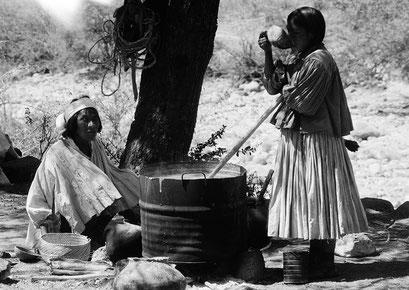 """© Angela Mejias. Tarahumara est en fait la déformation hispanisante de """"Raramuri"""", leur véritable nom qui signifie : """"Les hommes aux pieds légers"""". Préparation du tesguino boisson sacrée. Mexique"""