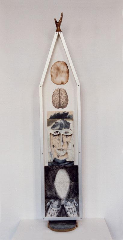 EN CUERPO Y ALMA. 1997. 184 x 35 x 22 cm. Wood and cartón