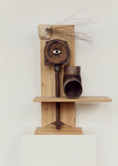 CABEZA. 1998. 77 x 52 x 25 cm. Iron and plaster