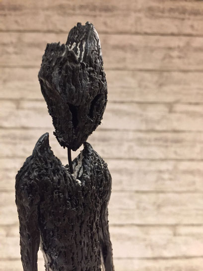 The Ghost - 12/2018 - 26,5x8x8 cm - ofenhärtender Ton, Eisenstativ (in Privatbesitz)