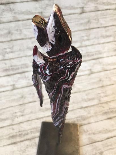The one-armed Ghost - 07/2019 - 26x8x8 cm - ofenhärtender Ton, Eisenstativ (in Privatbesitz)