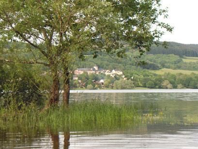 meertje met dorpje Chaumard in de Morvan