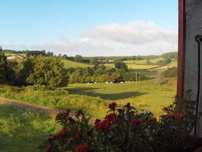 vanuit de woonkamer kijk je uit op de heuvels van Cizely