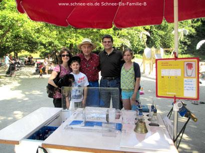 Die Familie mit dem Eismann und Schnee-Eis