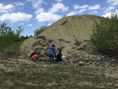 3 Mädchen suchen nach Fossilien