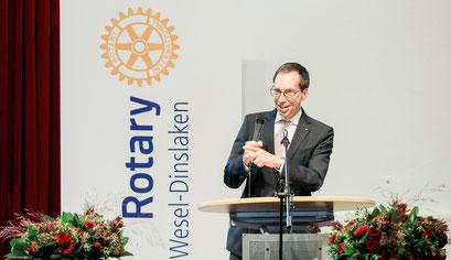 Max Trapp (Stiftungsvorstand) moderiert die Preisverleihung