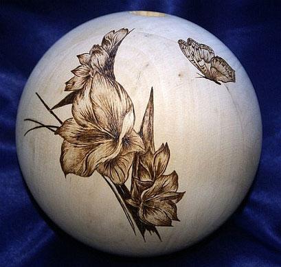 Holzkugel mit Motiv in Brandmalerei