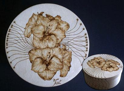 Holzdose mit eingebranntem Blütenmotiv