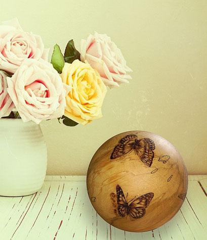 Holzkugel mit Schmetterlingen in Brandmalerei
