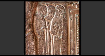 »Maria »Magdalena, Maria, die Mutter des Jakobus und der römische Hauptmann von Kafarnaum« (Detail) Wandkreuz, Treibarbeit in Kupfer, 1963