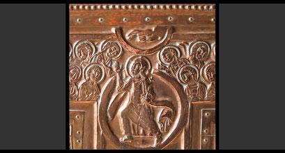 »Himmelfahrt Christi, umgeben von Engeln« (Detail) Wandkreuz, Treibarbeit in Kupfer, 1963