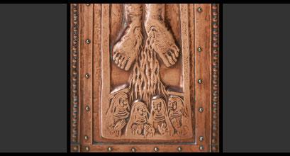 »Vier»Ordensfrauen«, anstelle der Darstellung der sechs Patrone Umbriens im Franziskuskreuz (Detail) Wandkreuz, Treibarbeit in Kupfer, 1963