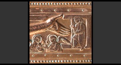 »Zwei Engel und ein unbekannter Heiliger« (Detail ) Wandkreuz, Treibarbeit in Kupfer, 1963